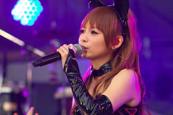 猫耳をつける中川翔子